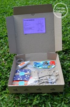 Contiene: 3 muñecos para armar. 1 plasticola. 1 tijera. 1 caja de ganchos mariposa. Papel autoadhesivo. Cartulinas